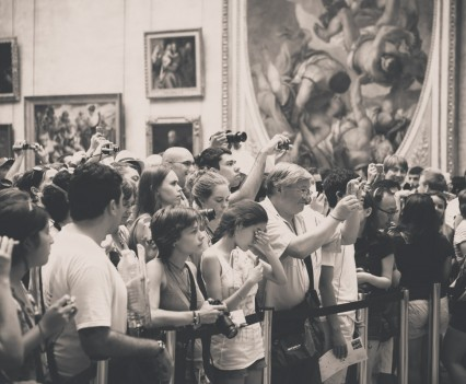 People are really taking in Mona Lisa